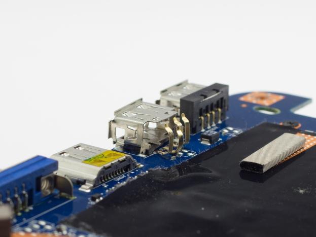 Uszkodzone mechanicznie gniazdo USB